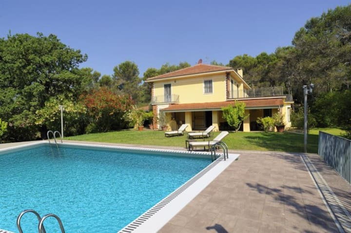Villa con piscina privata nel golf di Garlenda