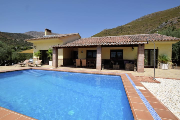 Luxurious villa with private pool, easily accessible, in spectacular scenery