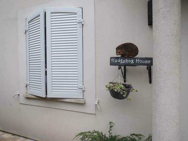 Hedgehog House Bed & Breakfast - Antony - Casa
