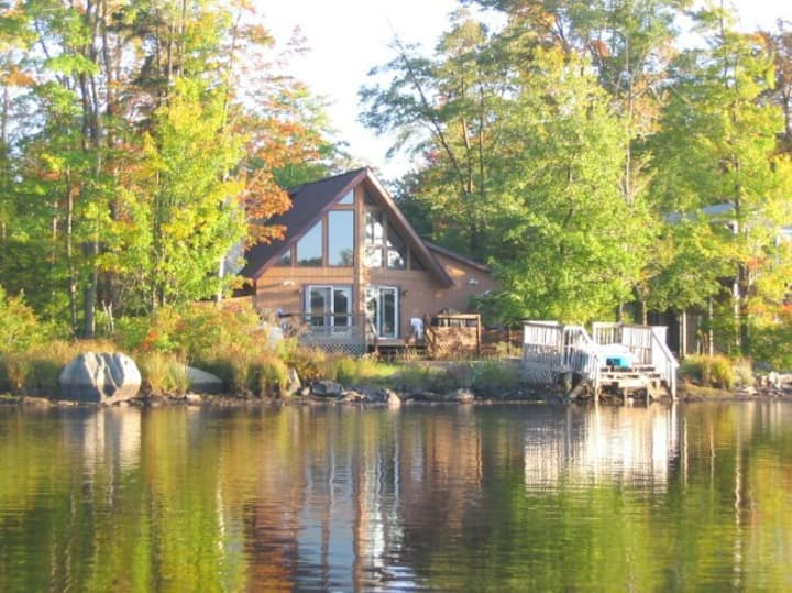 Lakefront Chalet w. Hot Tub in the Poconos
