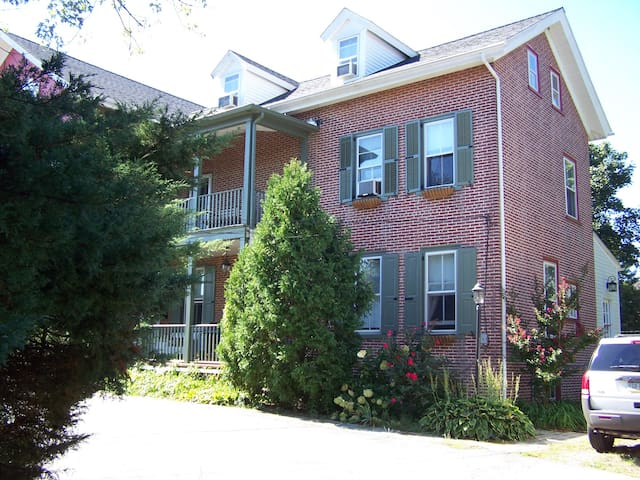 10-minute walk to shops and restaurants! - West Chester - House