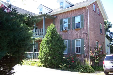 10-minute walk to shops and restaurants! - West Chester - Casa