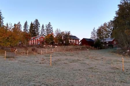 Bo i gäststugan på Getgården i Djupvik! Sjötomt!