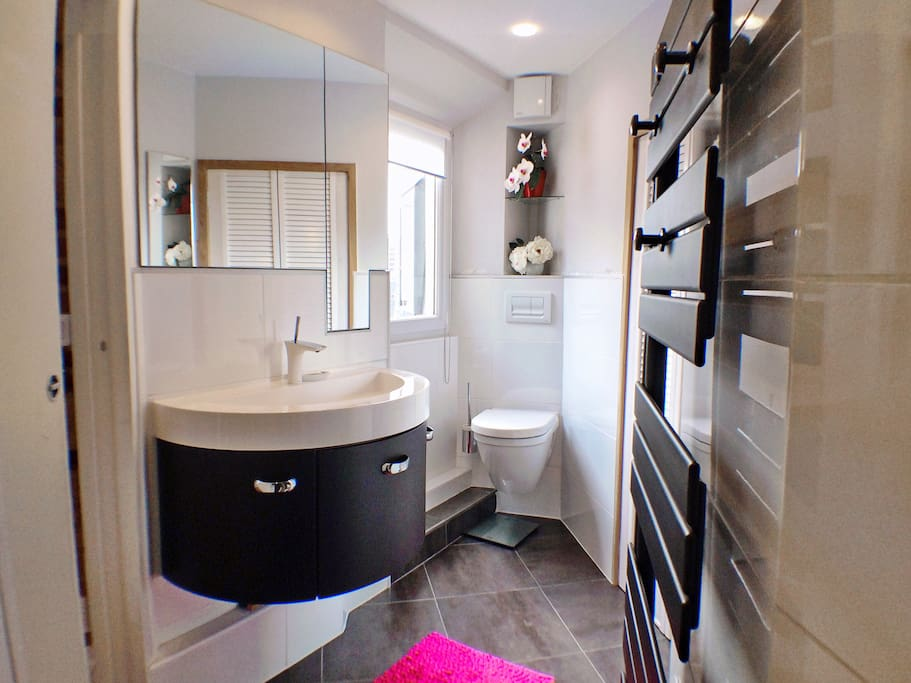 Bathroom with access to laundry and dryer.