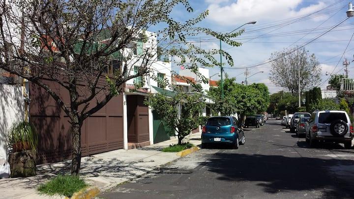Habitación bonita en casa en zona residencial