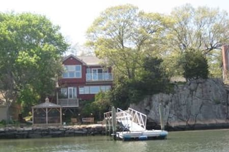 Waterfront Property with Dock - East Haven - Casa