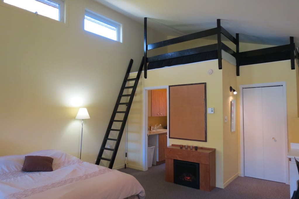 2 lits simples sont disponibles au haut de l'échelle! // 2 single beds are available at the top of the ladder!