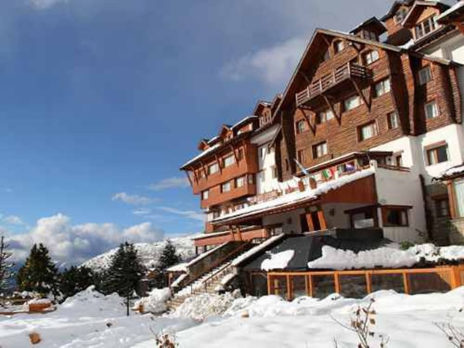 sala de lectura base del cerro , vista a pistas de ski