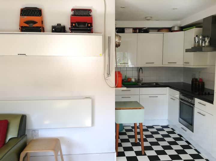 Live right on the famous Broadway Market sleeps 6