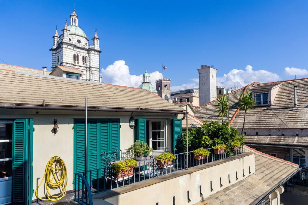 La bellezza dei tetti di Genova e la Cattedrale a pochi metri