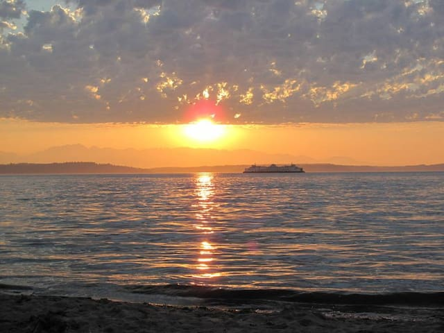 Alki sunsets- don't miss -1.4 m walk or drive to beach