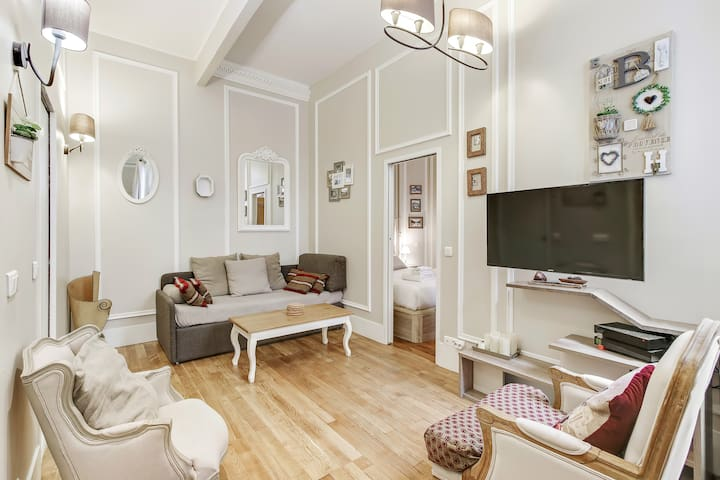 Superb 40sqm 1-BDR next to the Champs Elysees