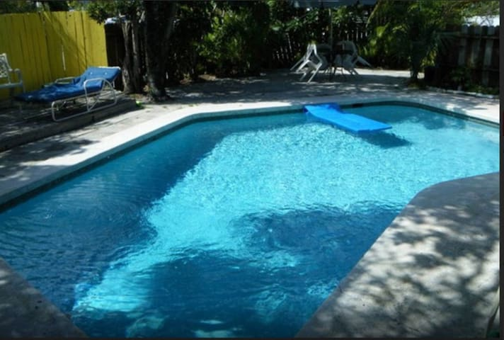 VERY BIG PRIVATE 1 BEDROOM APARTMENT FOR 2...POOL!