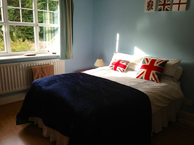 Quiet ensuite room with parking - Dorridge