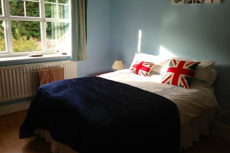 Quiet ensuite room with parking - Dorridge - Huis