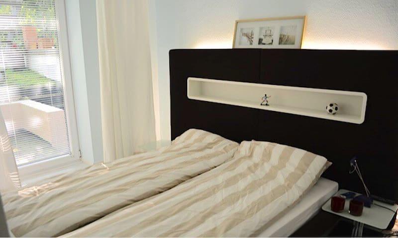 Schlafzimmer 2, Bett 160 x 200 mit Ausgang zum Garten