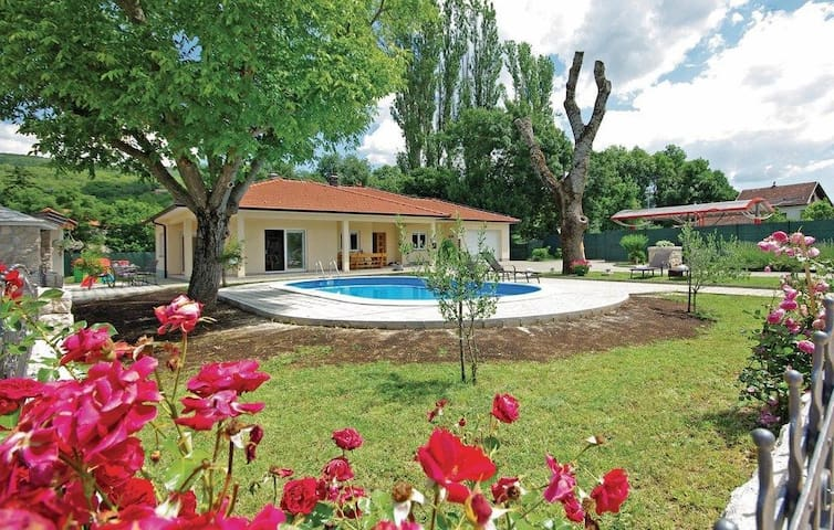 ctim293-Modern Bungalow with Pool for 6+2 People