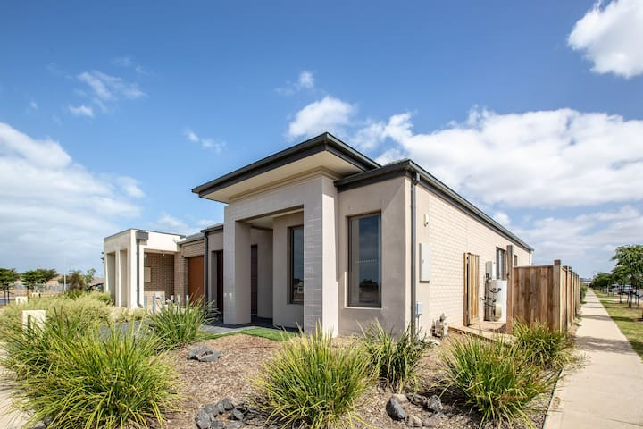 Comfortable Cozy 3 bedrooms Home @POINT COOK
