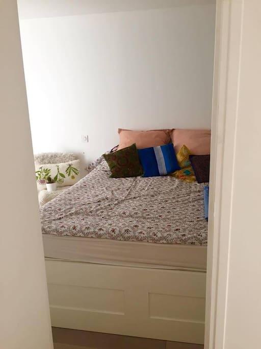 The bedroom 190x200 bed
