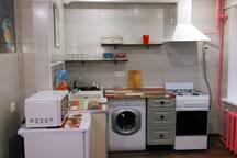 Кухня ,плита ,холодильник ,стиральная машина ,микроволновка,чайник