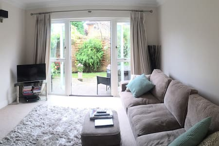 Charming, peaceful double room - Esher - Huis