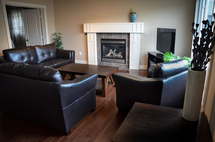 Luxury 4+1 bdrm SW Edmonton Home - Edmonton - Hus