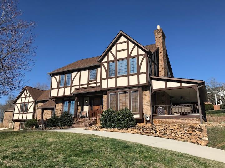 Tudor Private Apartment near Oak Ridge
