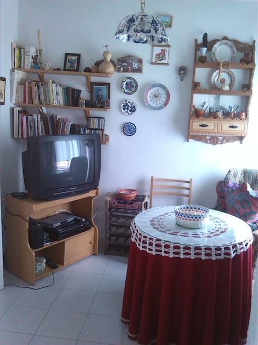 Sala de estar con sofas y televisión (TDT y satélite)
