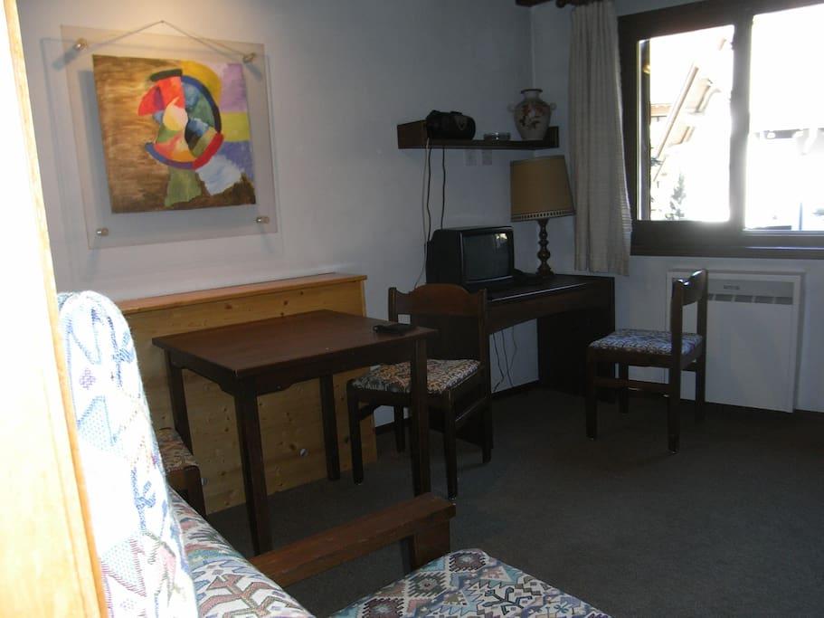 Esstisch, Schreibtisch, TV