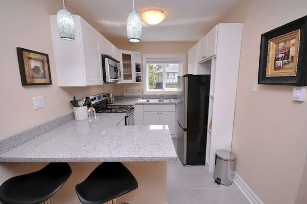 Kitchen with Granite Eat-in Peninsula and 2 Stools