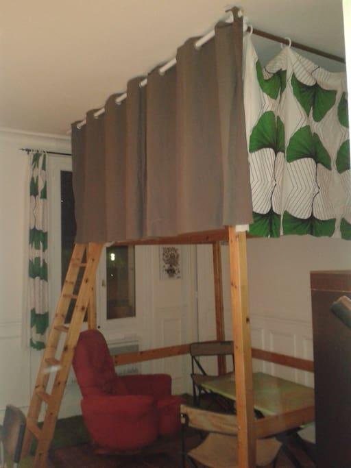 rideaux ajouter tout autour du lit aujourd'hui (curtains all around the loft bed just add today).