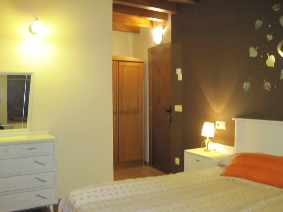 Habitación con 2 camas y con baño.