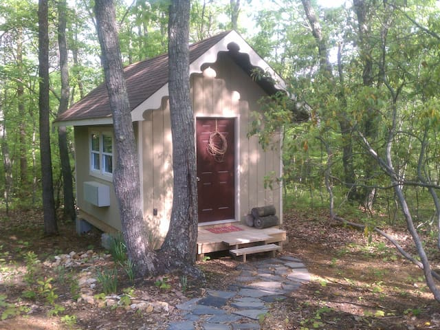 Tiny Cottage 3 miles from Liberty U - Rustburg - Hytte