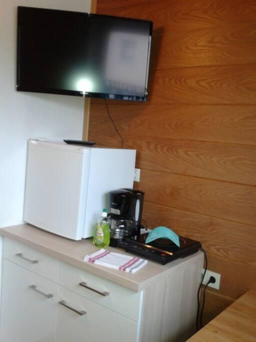 Kleine Küche mit Kühlschrank, Induktionsplatte.
