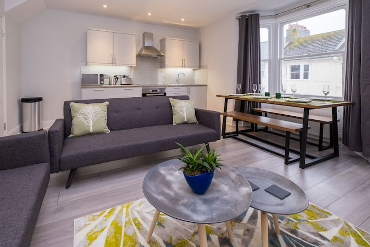 Beautiful Two Bedroom Place (inc Parking in April)