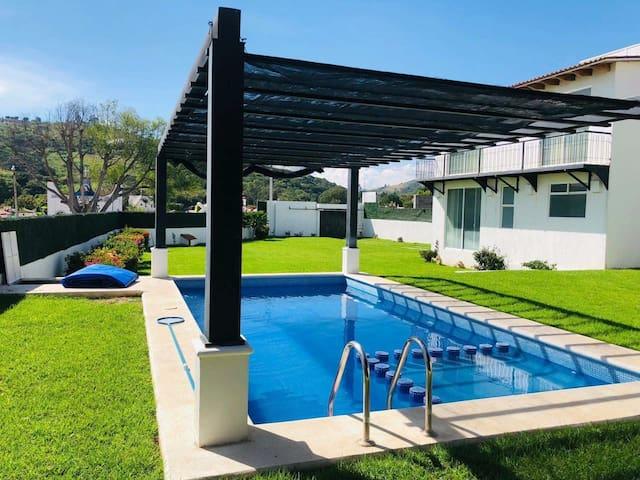 Amplia casa con alberca y espacioso jardín