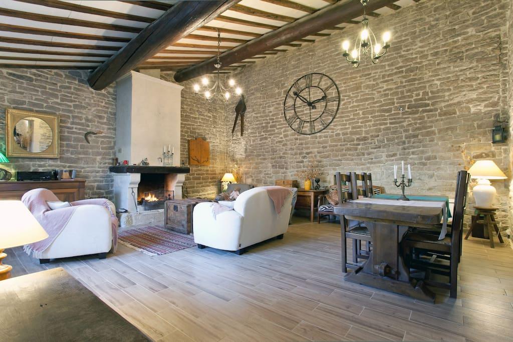 Grande Salle à manger très agréable, avec cheminée, table de ferme, canapés