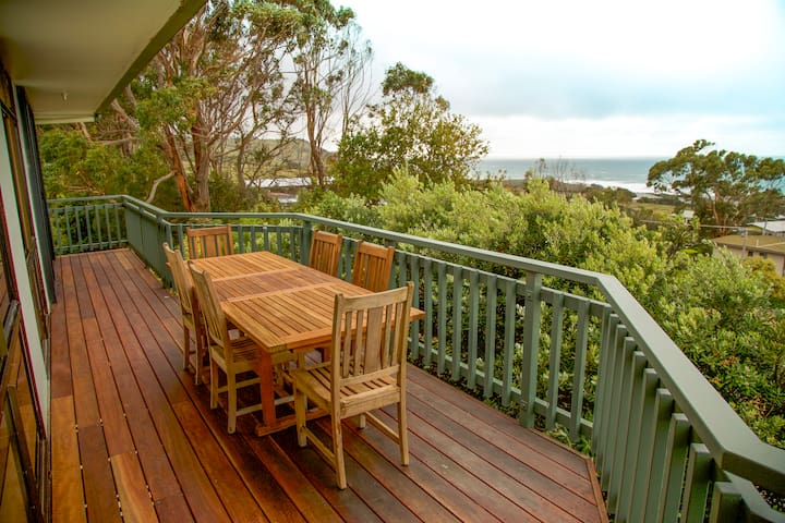 Classic Aussie beachhouse - beach and views!