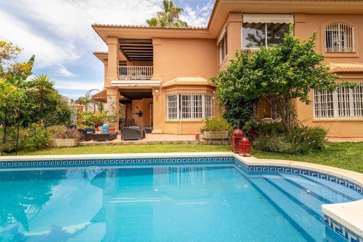 Casa de vacaciones 'Fuengirola 4HAB Luxury Villa' con vista a la montaña, Wi-Fi, balcón, jardín, piscina y terrazas; Aparcamiento disponible, se admiten mascotas