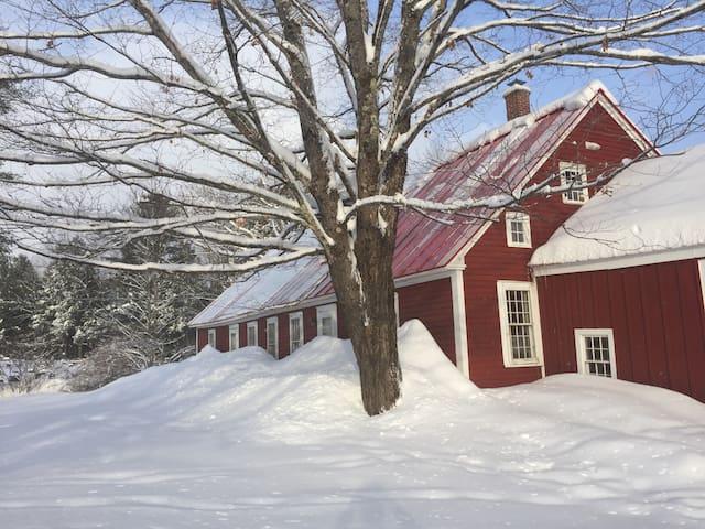Fairview Farmhouse. Rambling, cozy 1800s hideaway