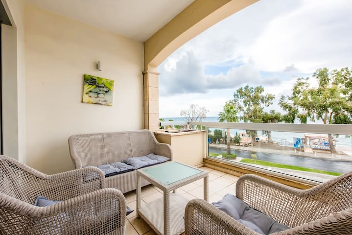 2Bedroom Sea view , 4 meters from beach