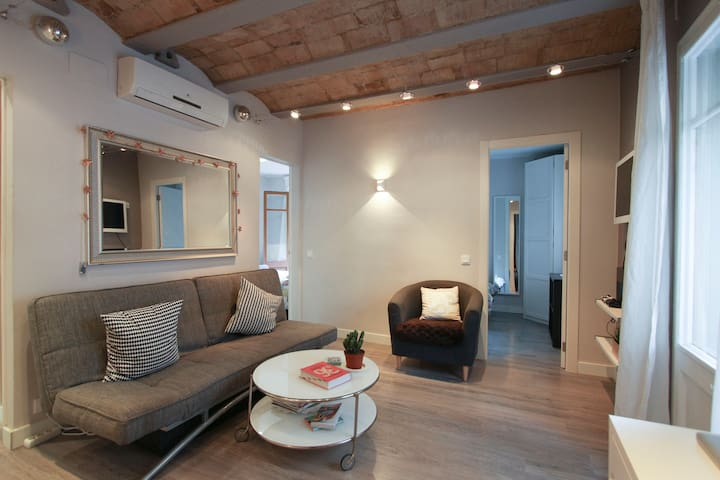 Central & bright double room with private balcony - Barcelona - Byt