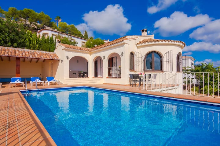 LUC, villa with panoramic views of the sea and mountains
