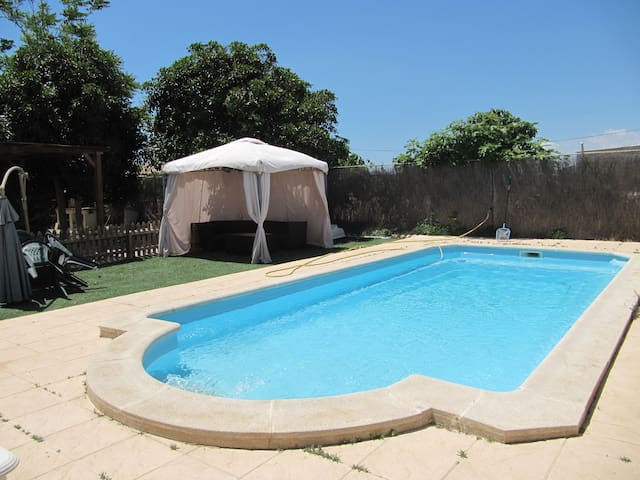 House with big garden, swimming pool and BBQ. - El Campello - Huis
