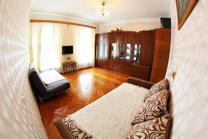 Просторная спальня с двумя раскладывающимися диванами