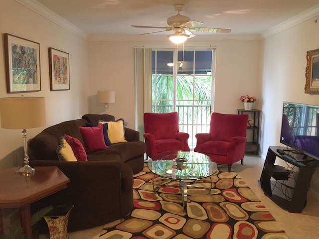 2/2 Penthouse Condo In Rosemary Sq.