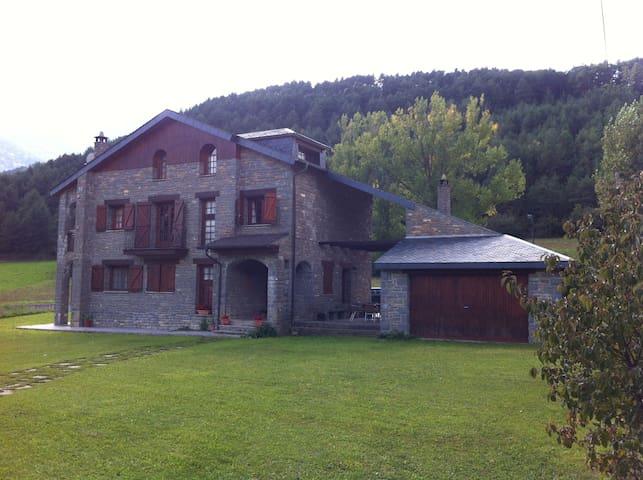 Casa de piedra con amplio jardín