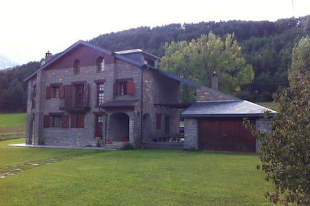 Casa de piedra con amplio jardín - Fiscal