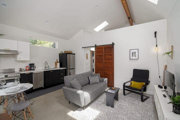 Backyard Bungalow. Super Clean * Modern * Private