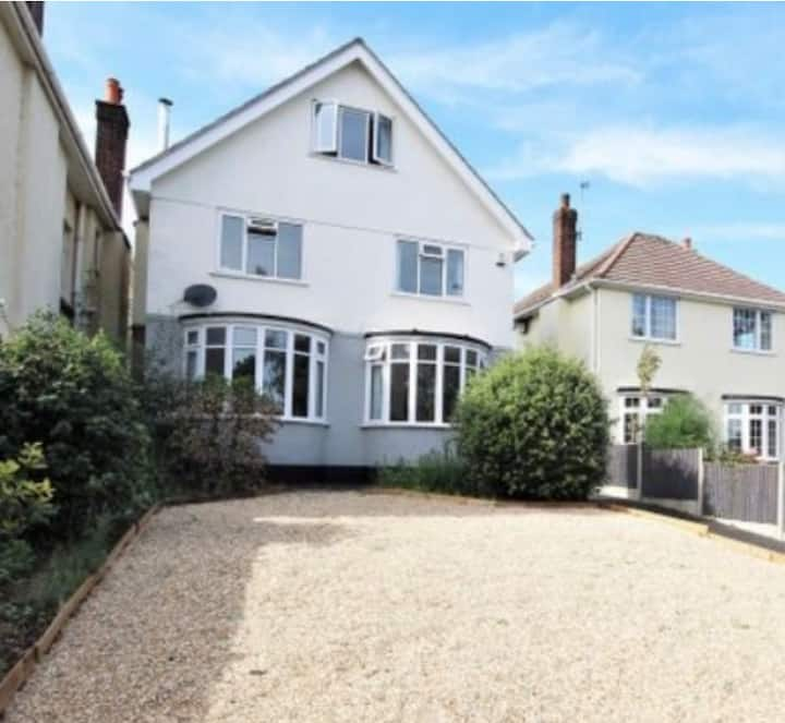 Spacious 4 bedroom home 10 mins away from beaches